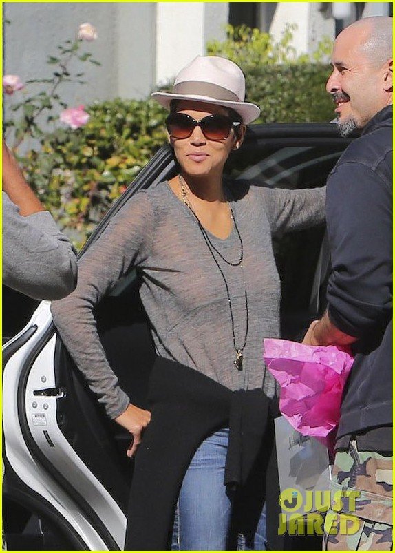 halle berry disneyland with nahla 02