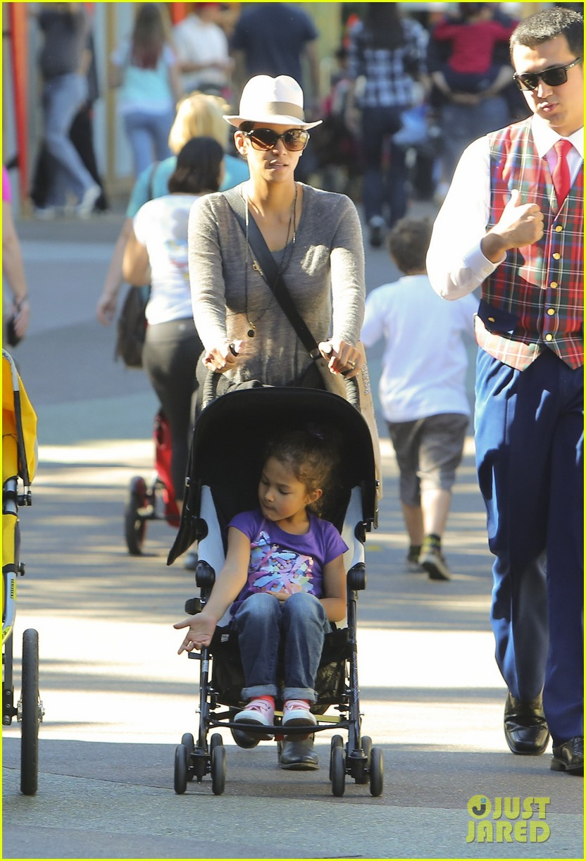 halle berry disneyland with nahla 30