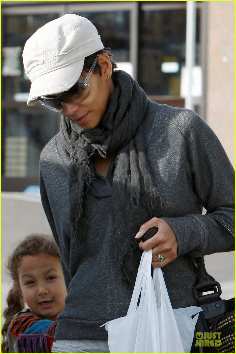 halle berry naacp image awards presenter 042801161