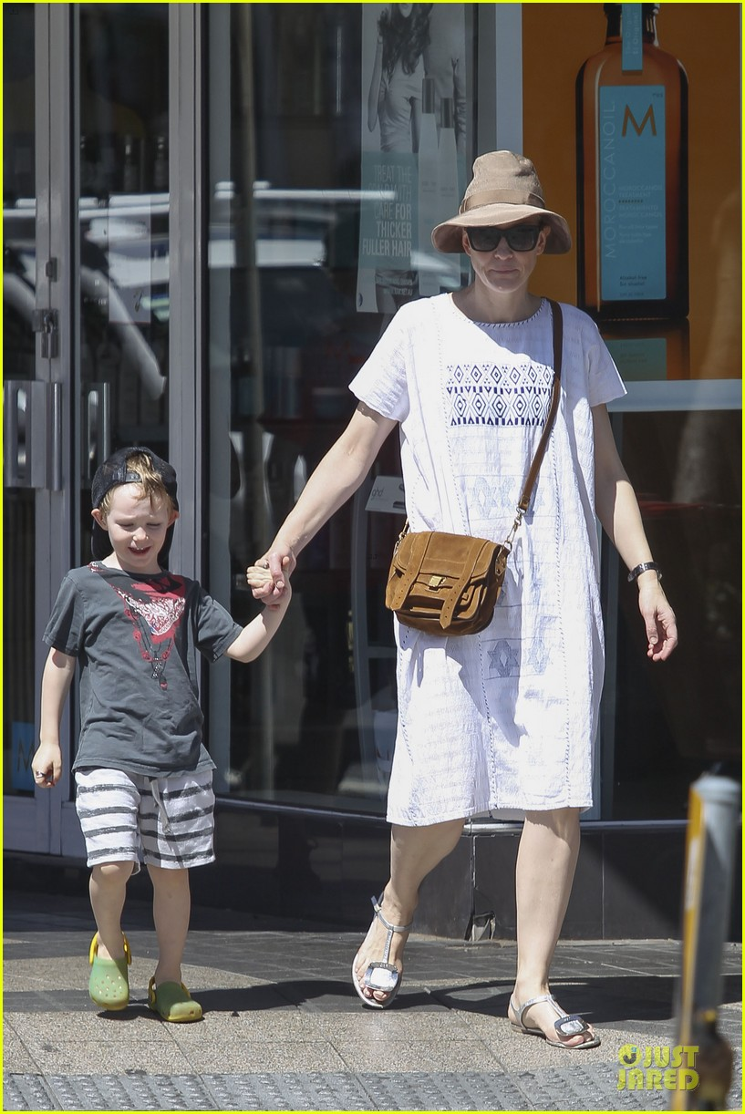 cate blanchett sydney beach day with the boys 132785902