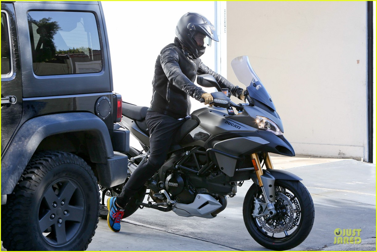 orlando bloom motorcycle ride to the gym 06