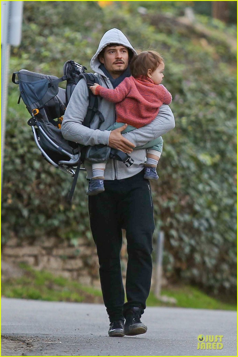 orlando bloom walks home with flynn 04