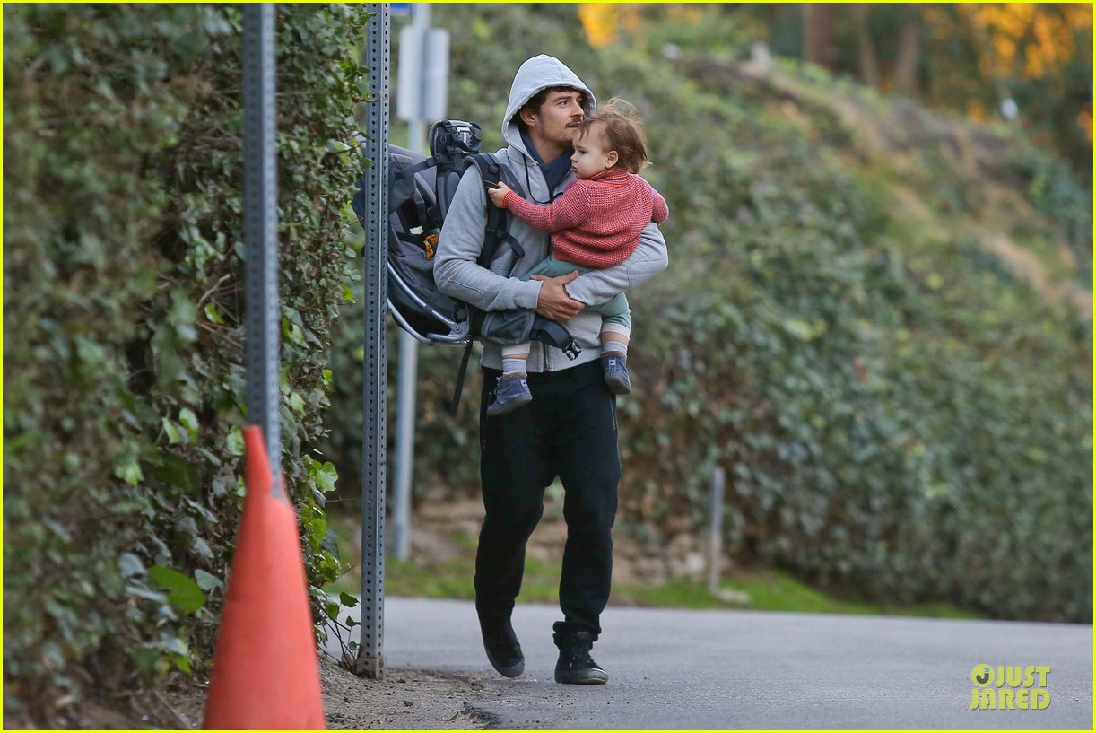 orlando bloom walks home with flynn 06