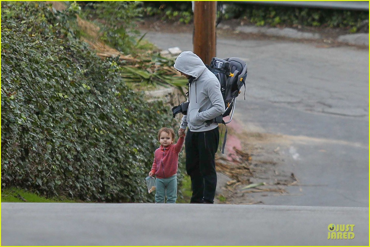 orlando bloom walks home with flynn 13