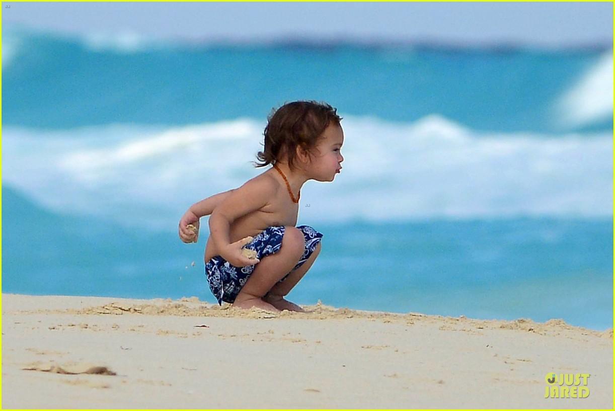 orlando bloom beach waves with flynn 12