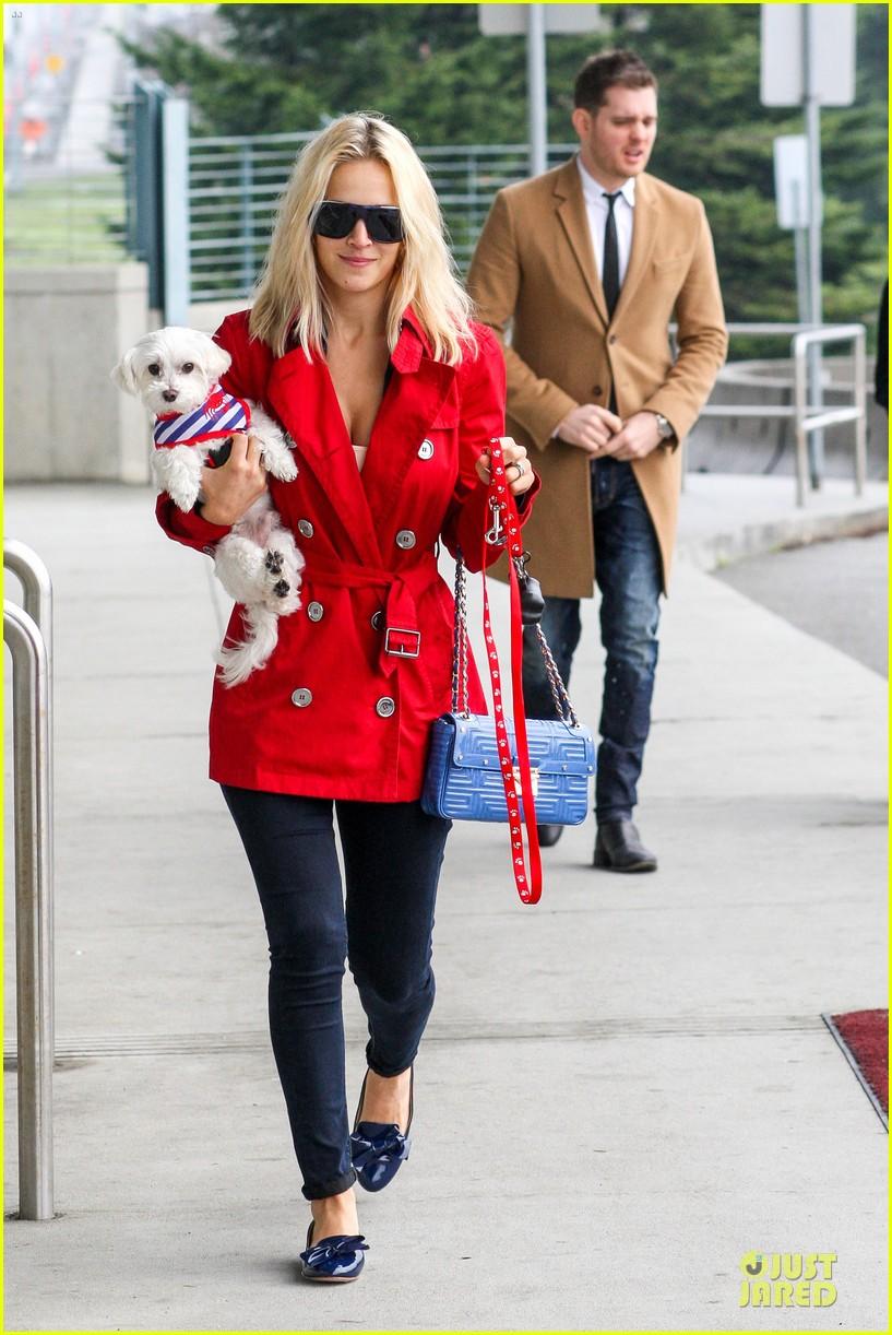 Η  Luisana με το σκύλο της...