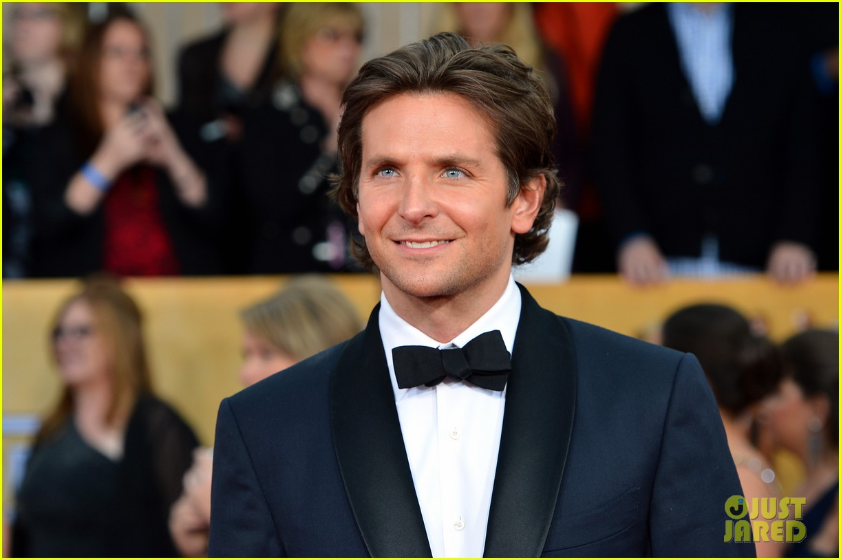 bradley cooper sag awards 2013 red carpet 022799978