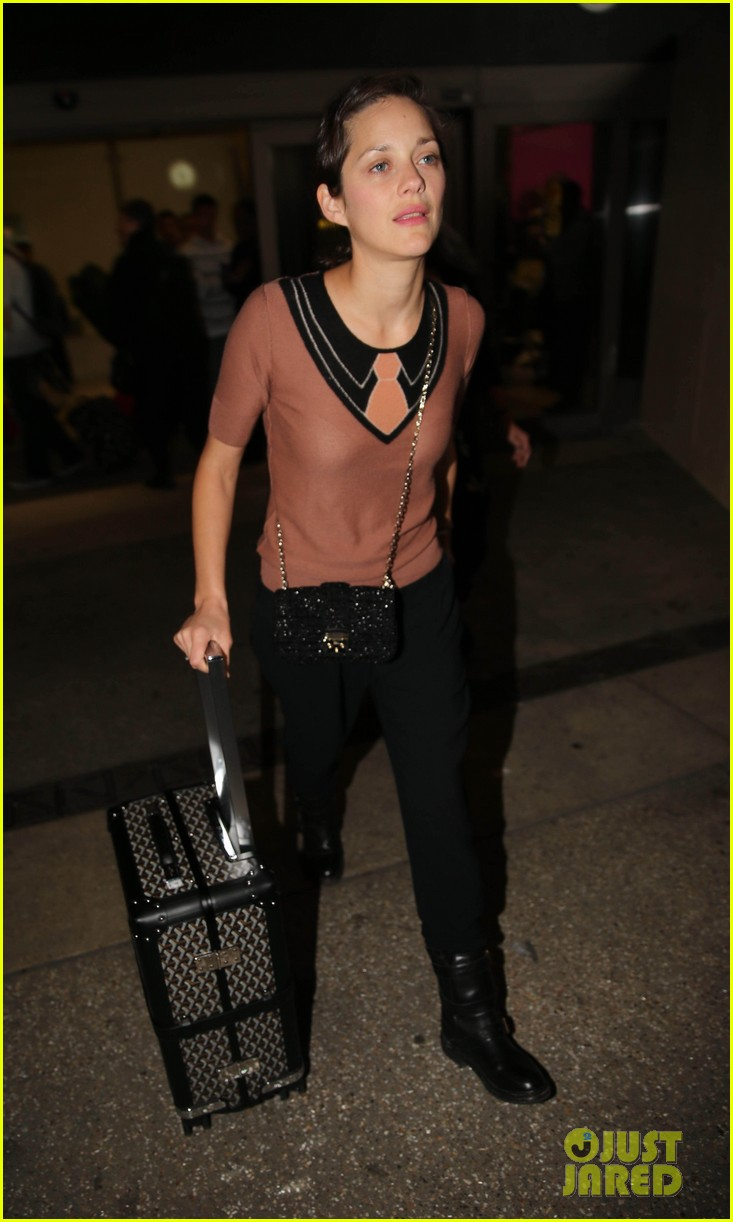 marion cotillard los angeles landing with marcel 07
