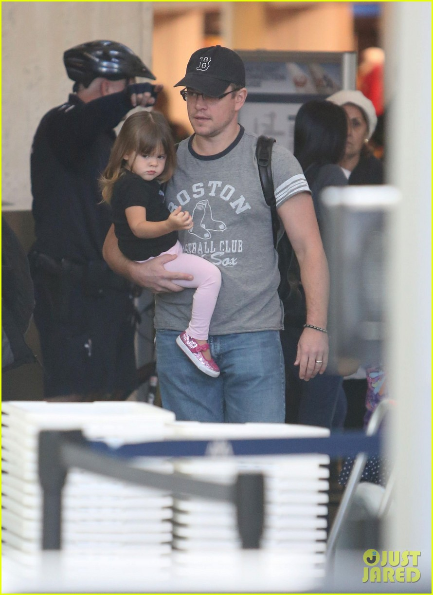 matt damon family lax arrival 14