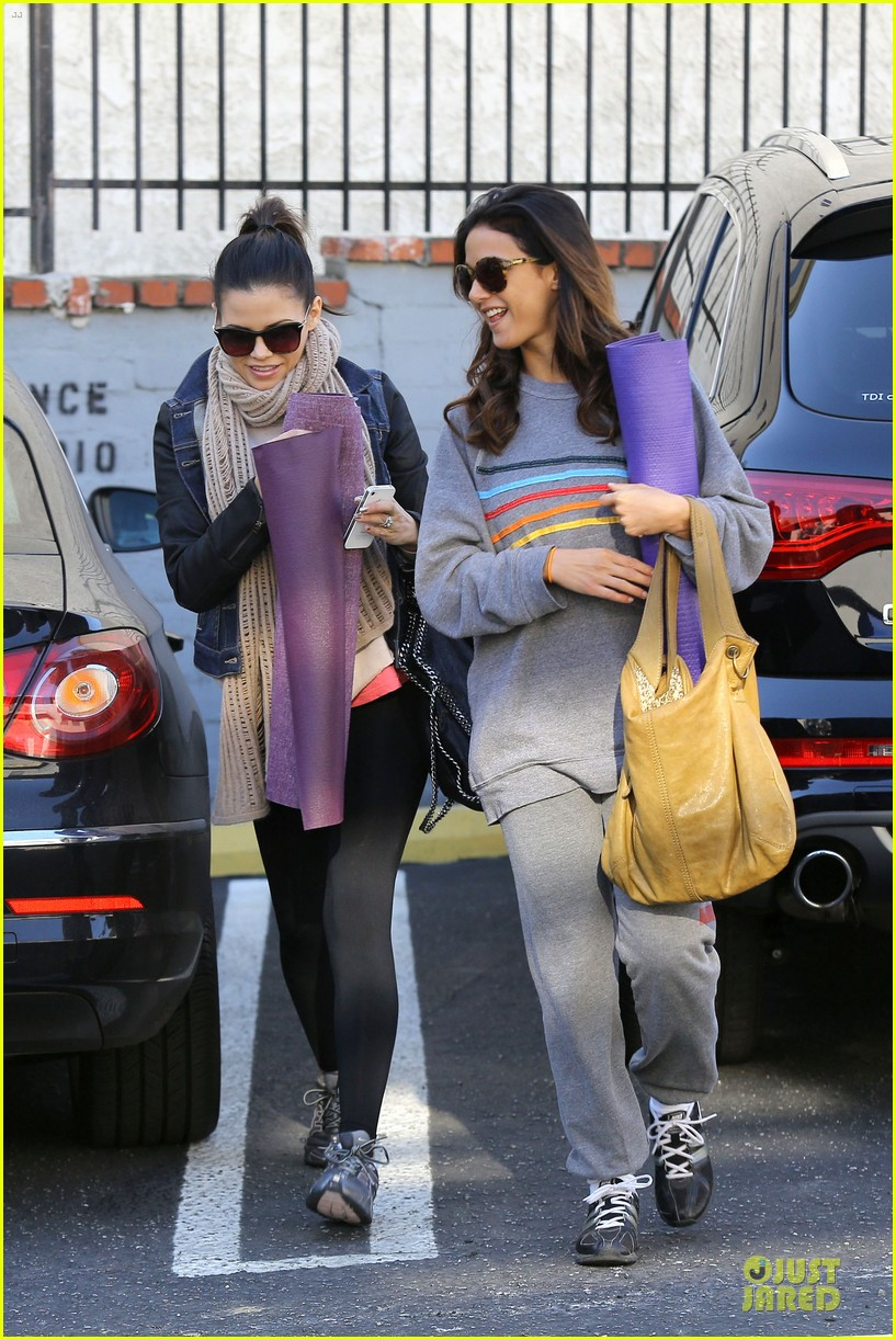 jenna dewan pre golden globes yoga with emmanuelle chriqui 02