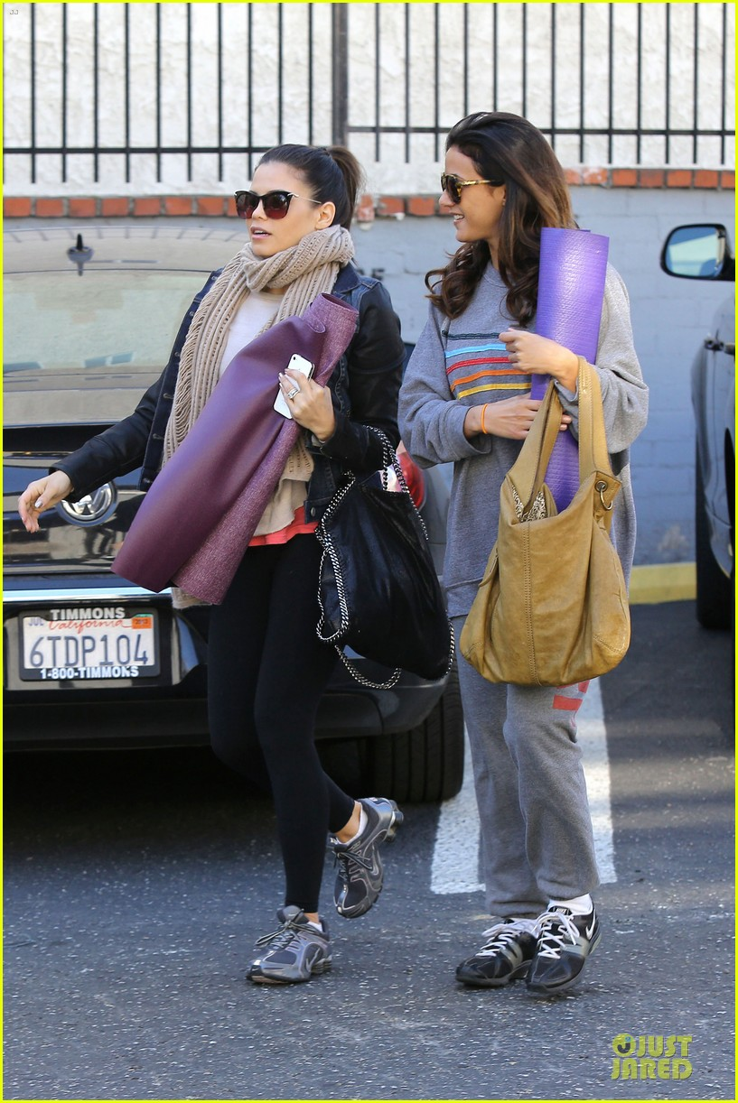 jenna dewan pre golden globes yoga with emmanuelle chriqui 232792574
