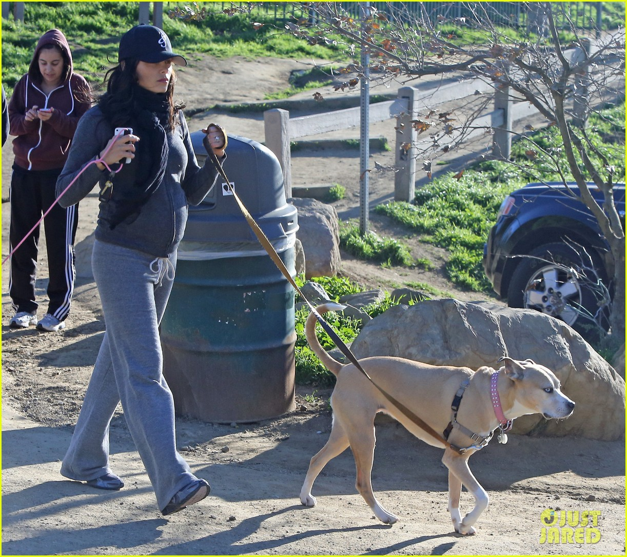 jenna dewan shows off growing baby bump on dog walk 08