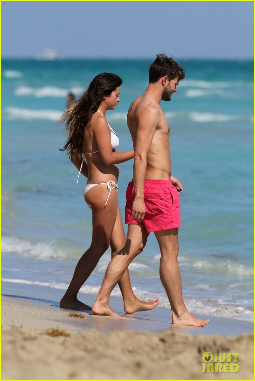 once upon time jamie dornan shirtless in miami 03