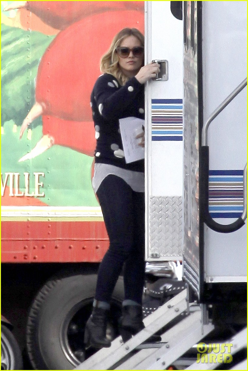 hilary duff raising hope set 082801410