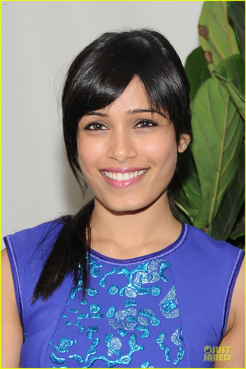 freida pinto dev patel w magazine pre golden globes party 06