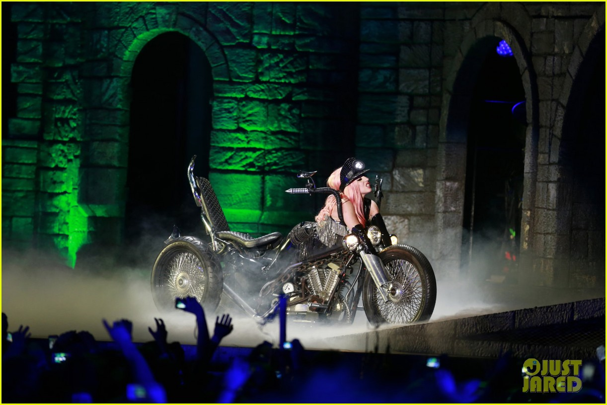 lady gaga kicks off north american tour in vancouver 02.