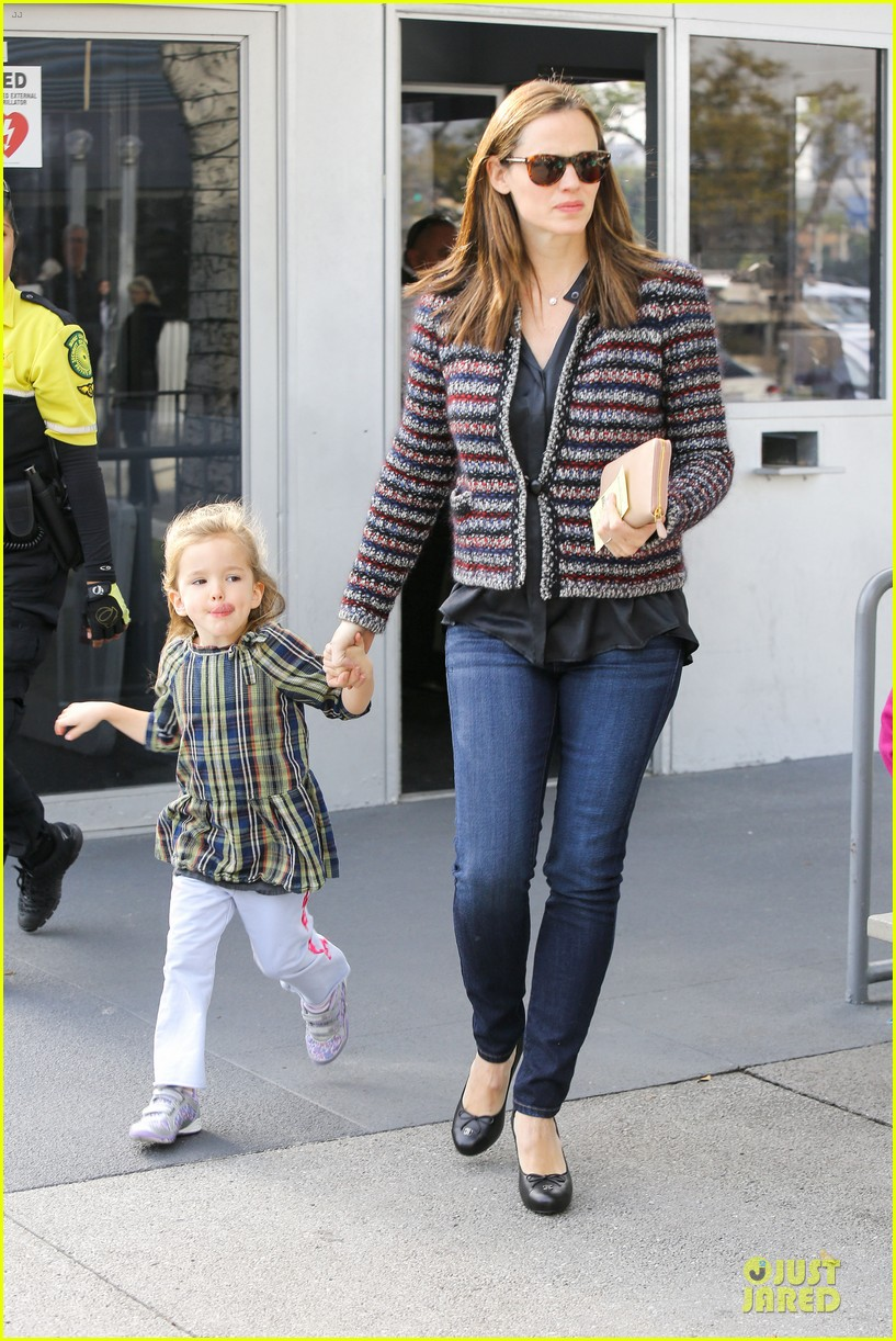 jennifer garner ahmanson play date with violet & seraphina 112785311