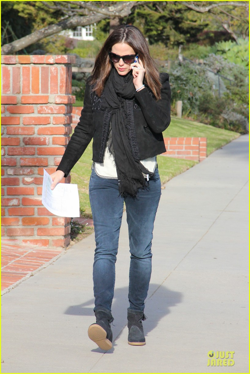 jennifer garner violet post golden globes yogurt stop 02