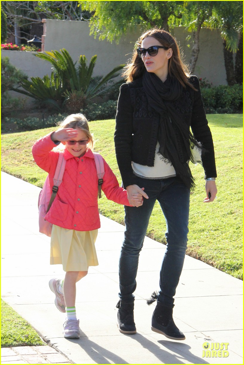 jennifer garner violet post golden globes yogurt stop 04