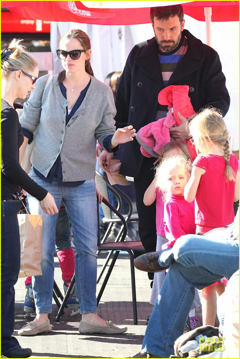 jennifer garner & ben affleck ice skating with the girls 33