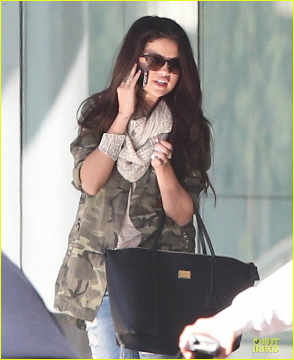 selena gomez office day with vanessa hudgens 04