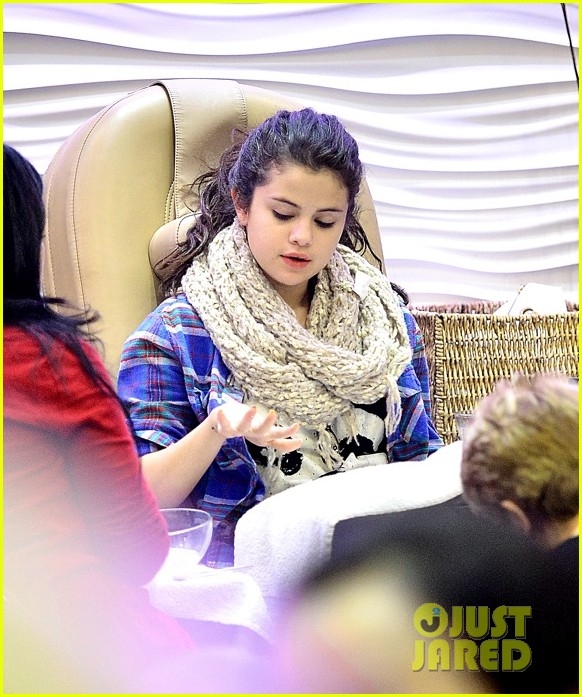 selena gomez gets mani pedi after justin bieber split reports 04.