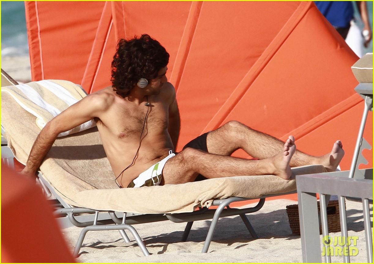 adrian grenier shirtless beach reading 18