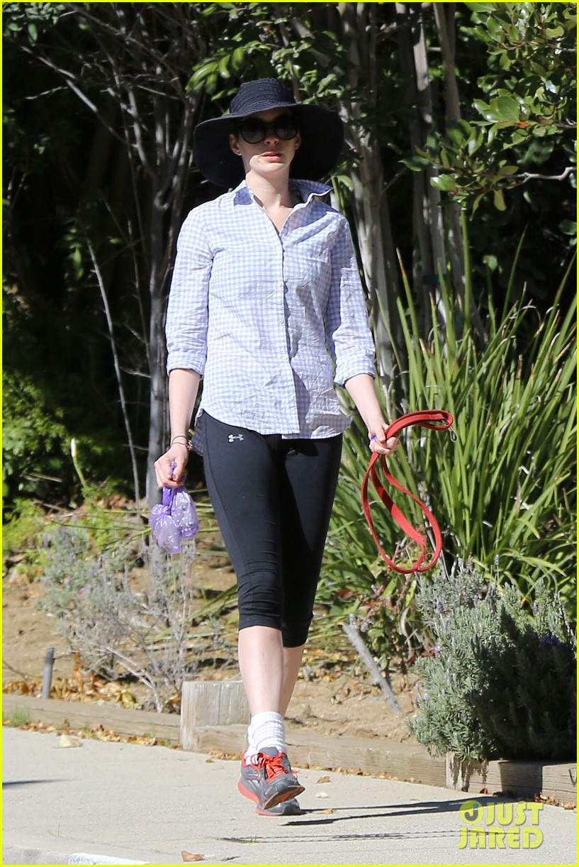 anne hathaway saturday stroll with esmeralda 11