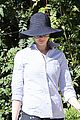 anne hathaway saturday stroll with esmeralda 04