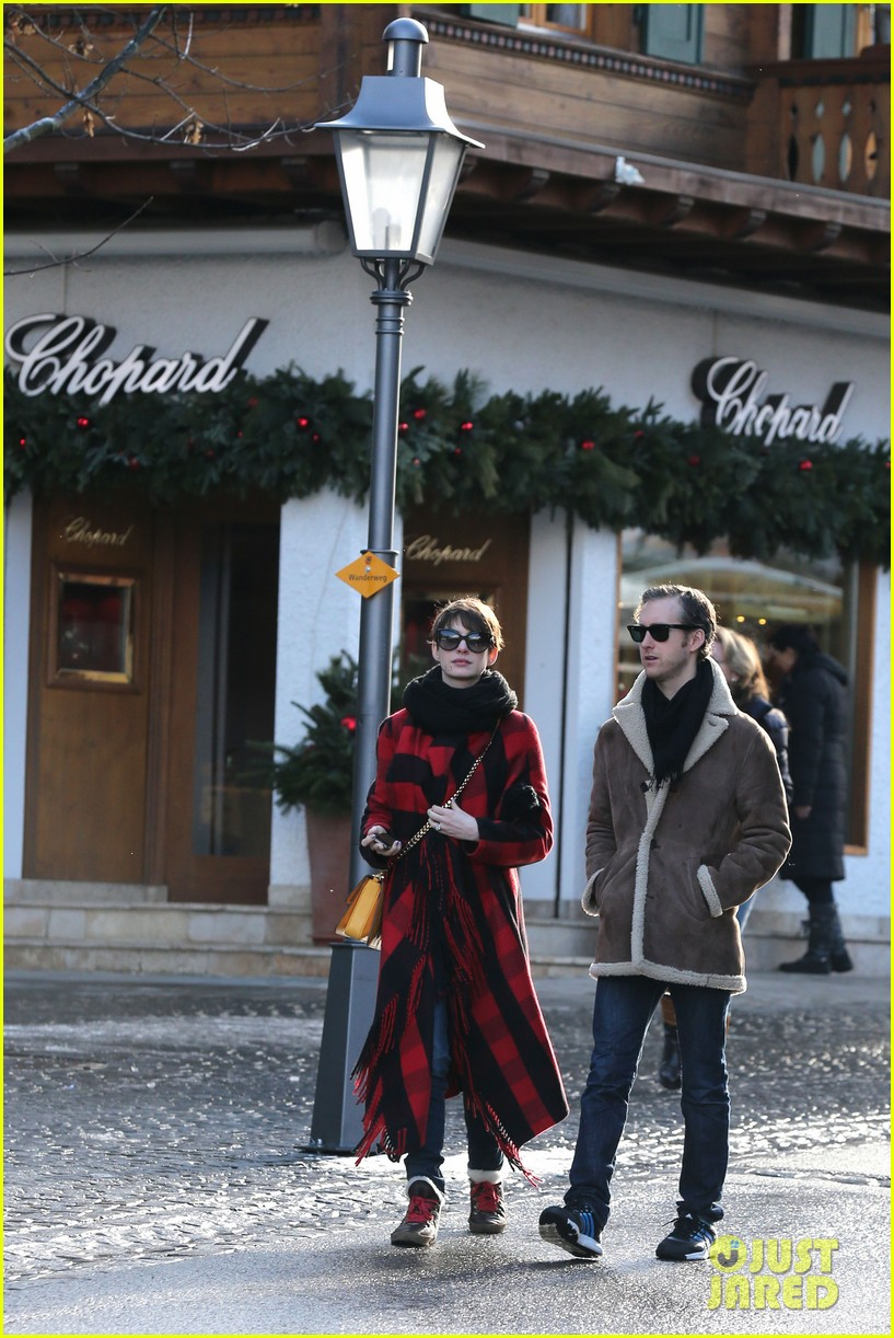 anne hathaway adam shulman switzerland kisses 132783923