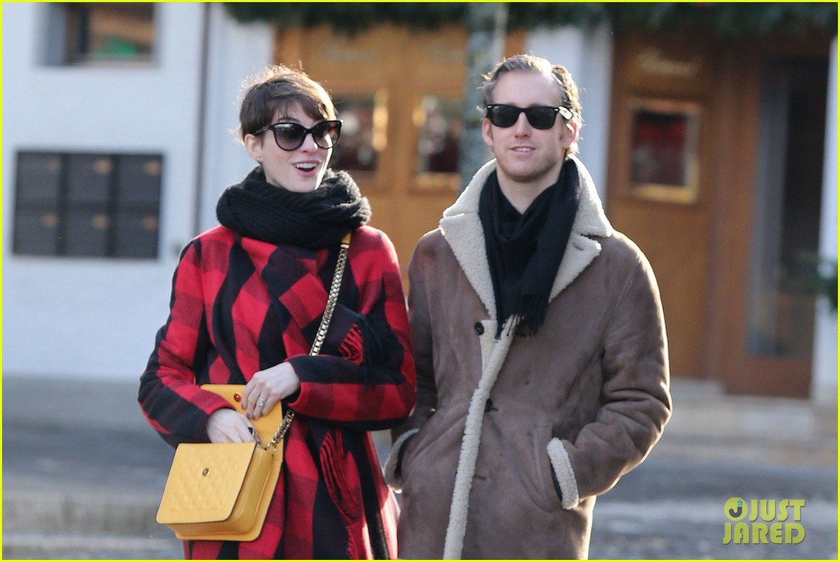 anne hathaway adam shulman switzerland kisses 162783926