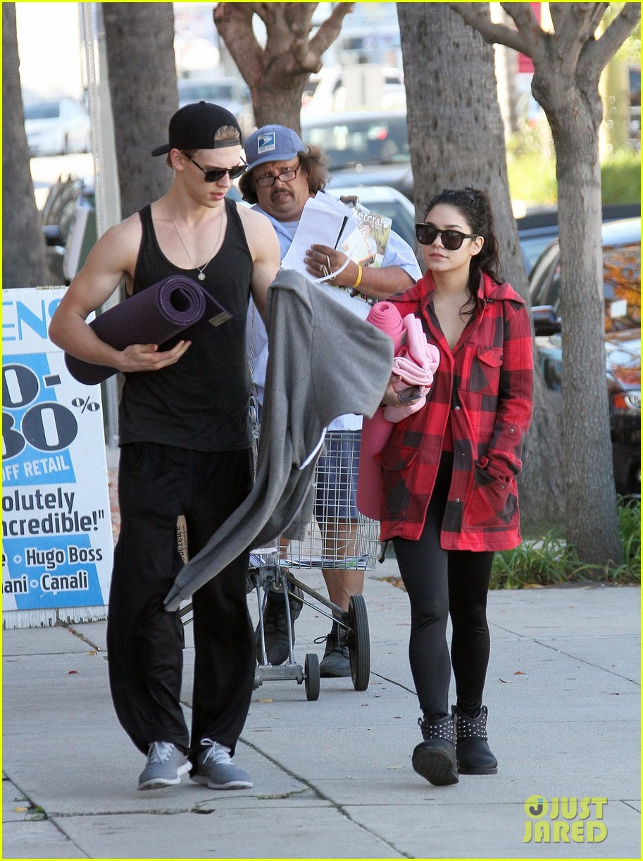 vanessa hudgens yoga class with austin butler 03
