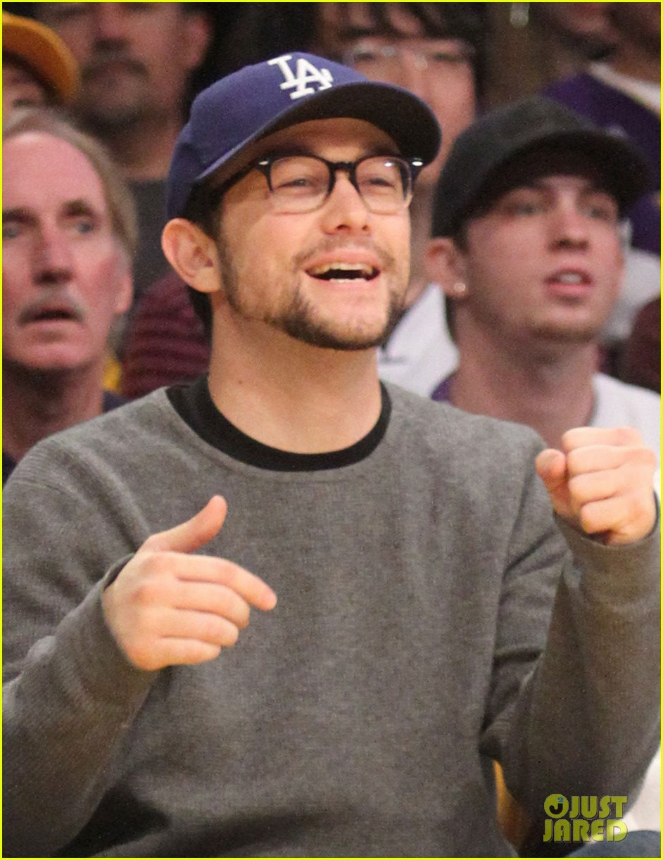 joseph gordon levitt lakers game with dad dennis 02