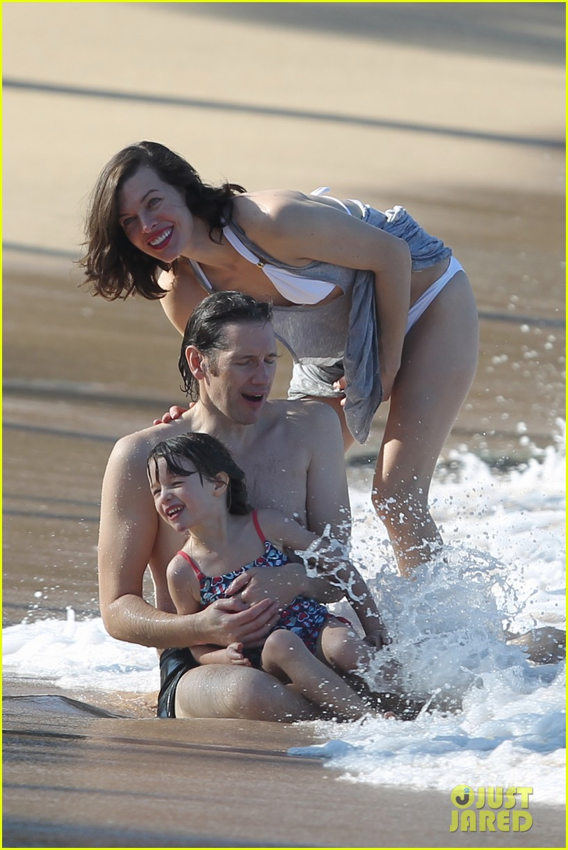 milla jovovich paul ws anderson maui beach with ever 02