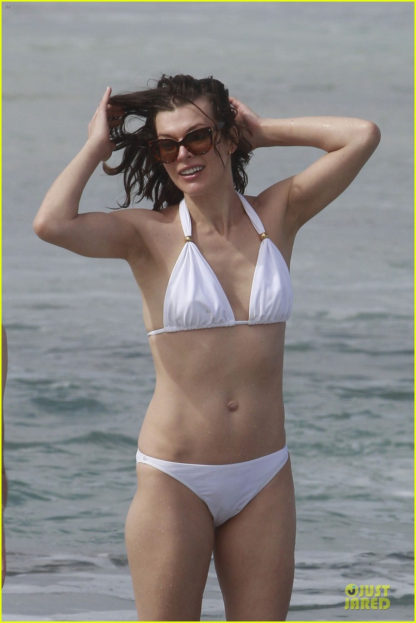 milla jovovich new years bikini outing 082784015
