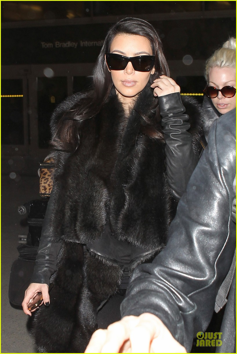 kim kardashian autograph signing at lax airport 11