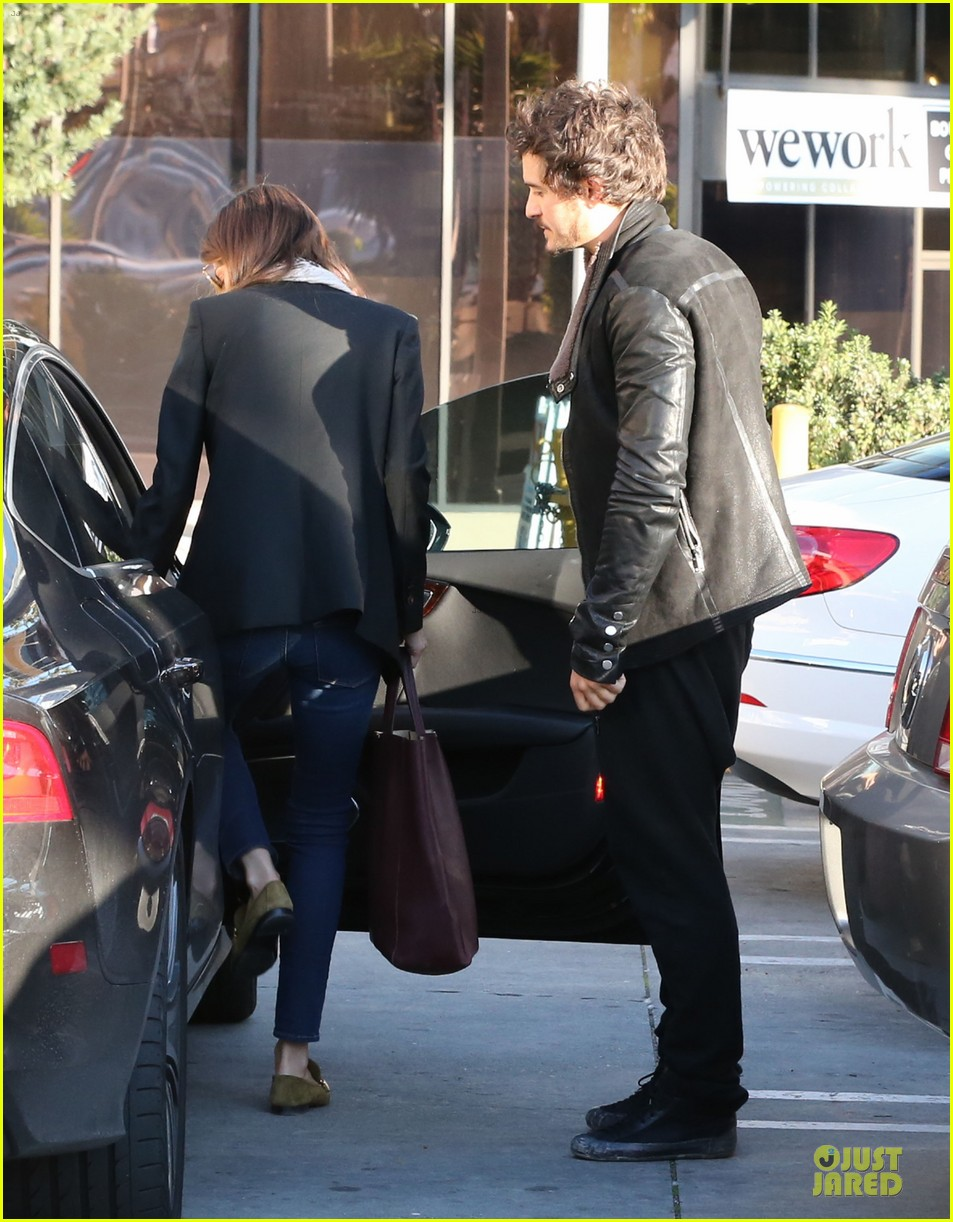 miranda kerr & orlando bloom spa pickup kisses 13