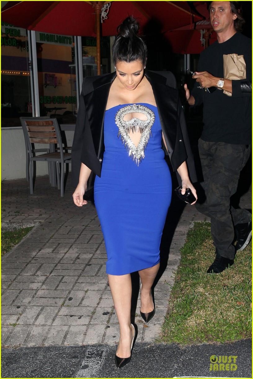 pregnant kim kardashian cut out dress at dinner 03