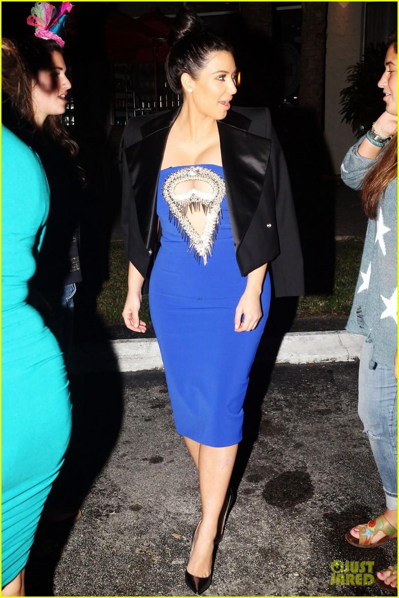 pregnant kim kardashian cut out dress at dinner 04