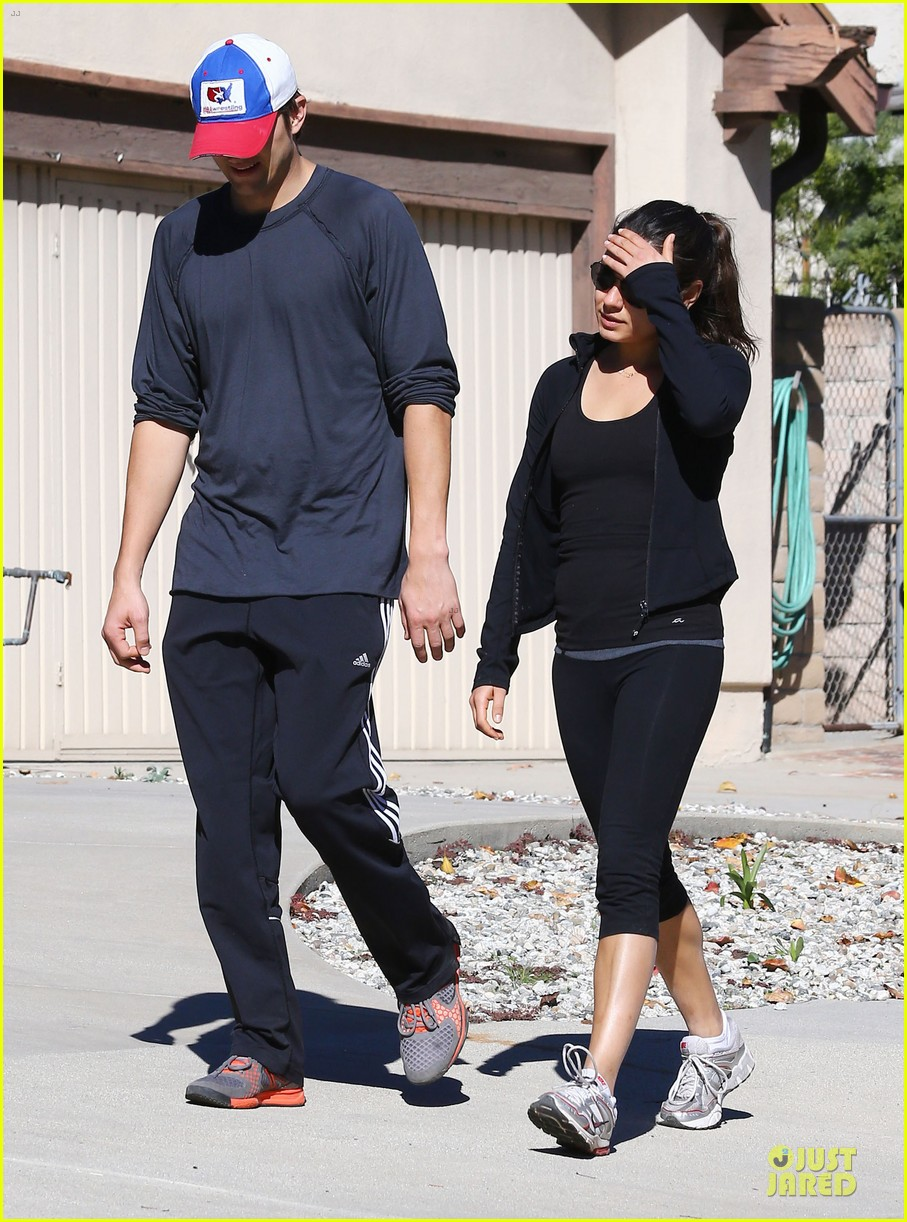 ashton kutcher mila kunis saturday morning walk 07