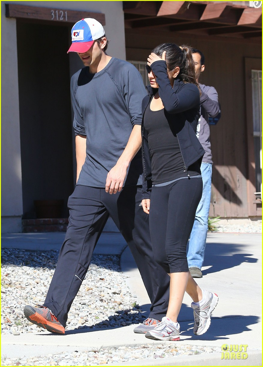 ashton kutcher mila kunis saturday morning walk 08