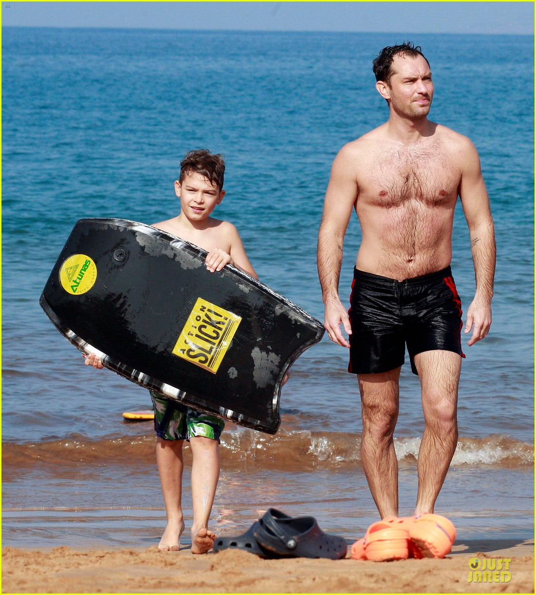 jude law shirtless hawaiian body boarding 012783221