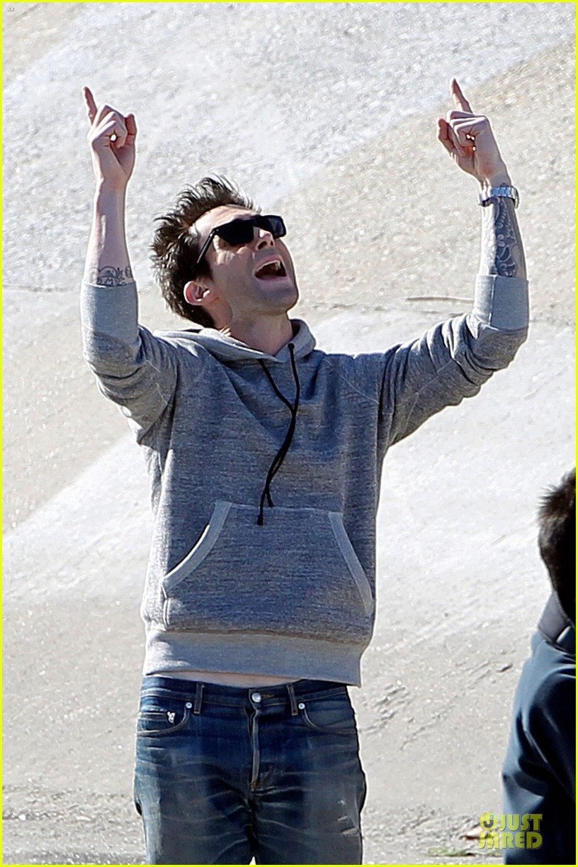 adam levine andy samberg music video shoot with the loney island 02