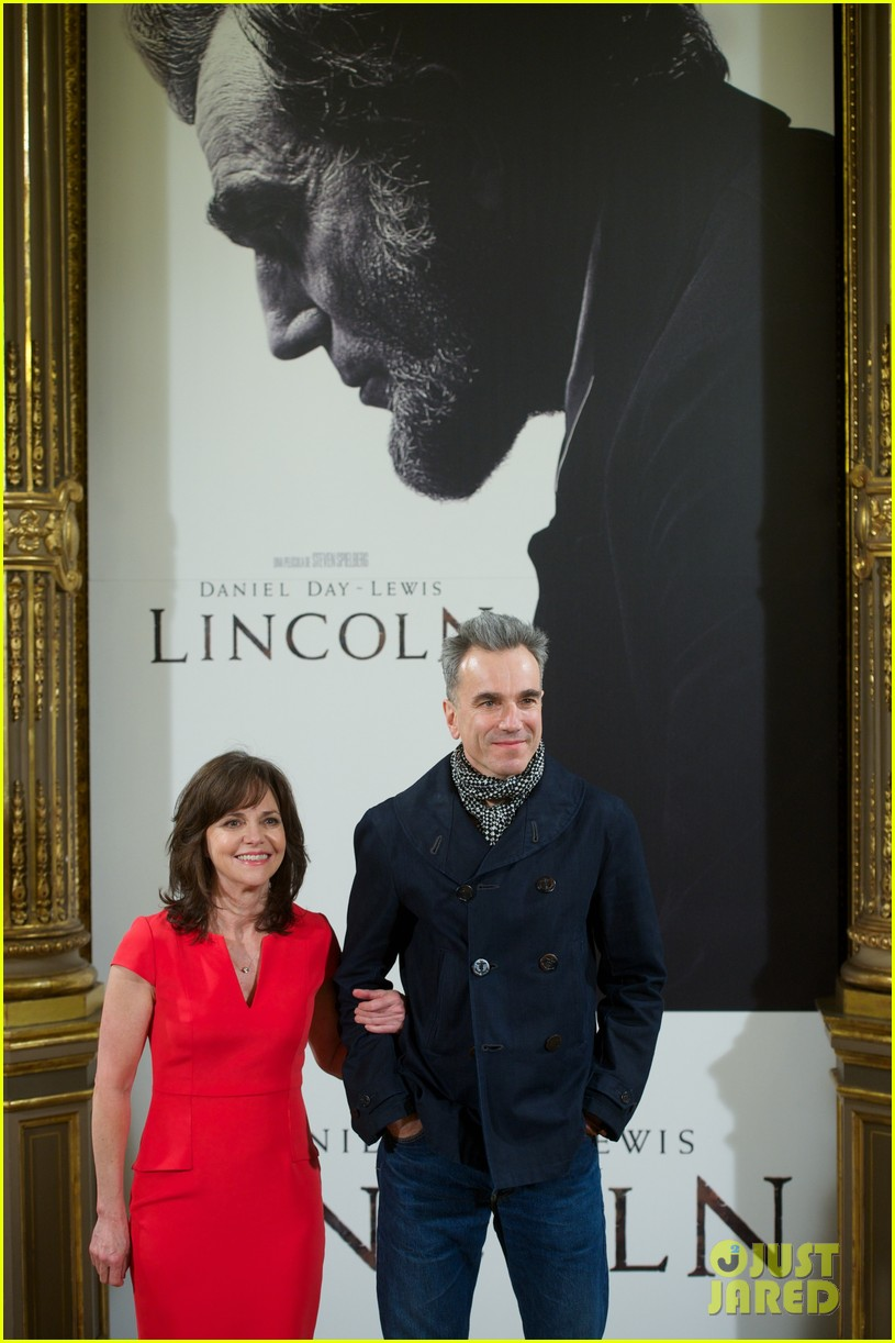 daniel day lewis promotes lincoln after golden globe win 132793207