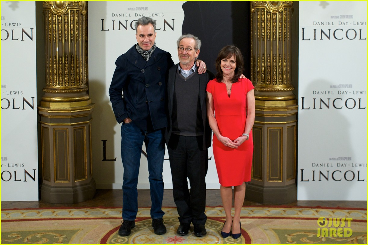 daniel day lewis promotes lincoln after golden globe win 18