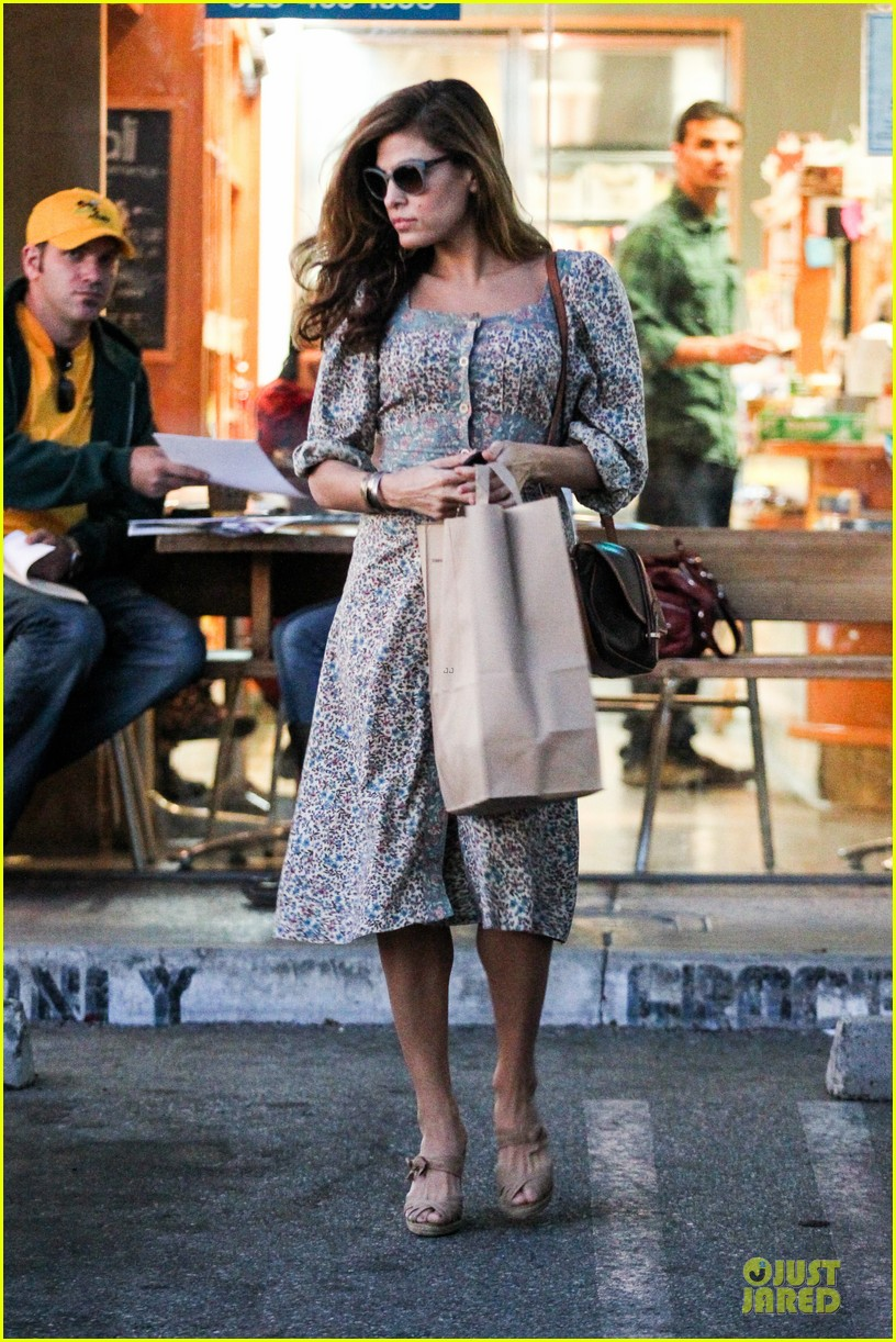 eva mendes organic food stop 05
