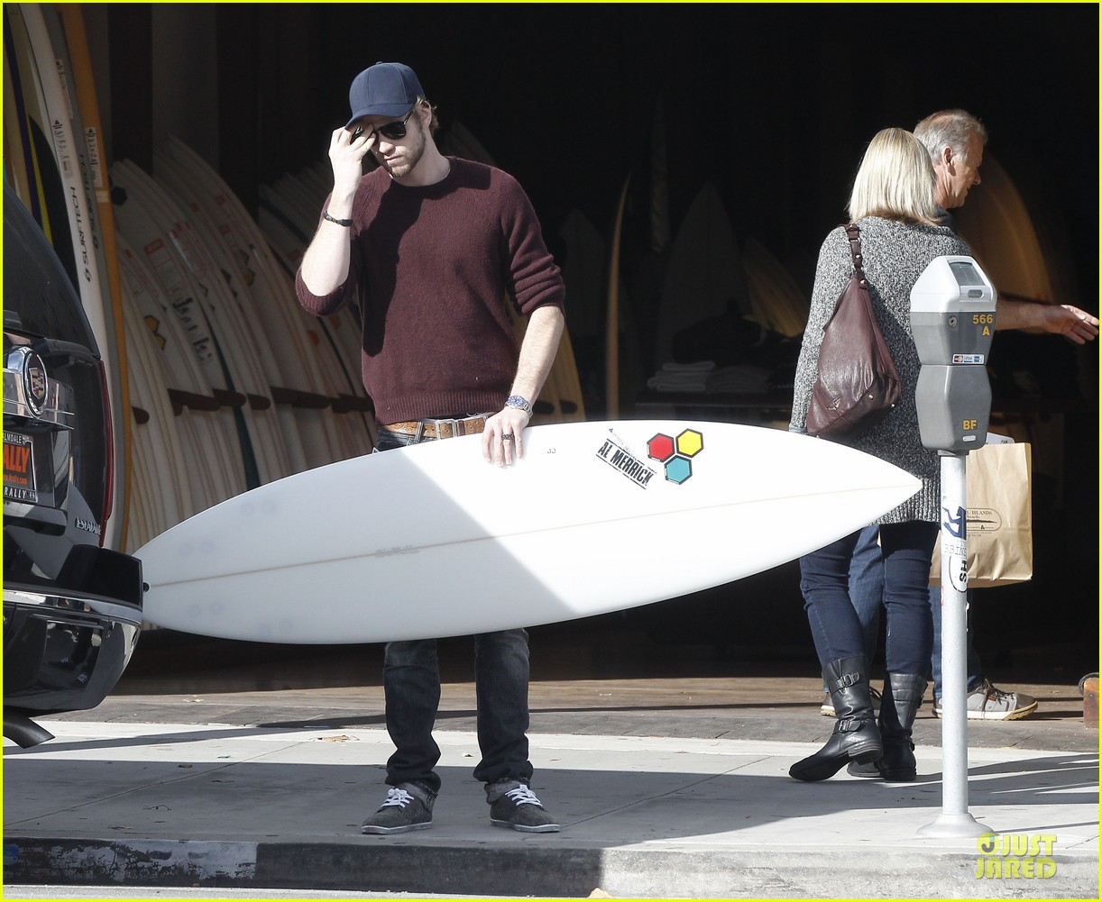 miley cyrus & liam hemsworth post holiday surf shopping 09