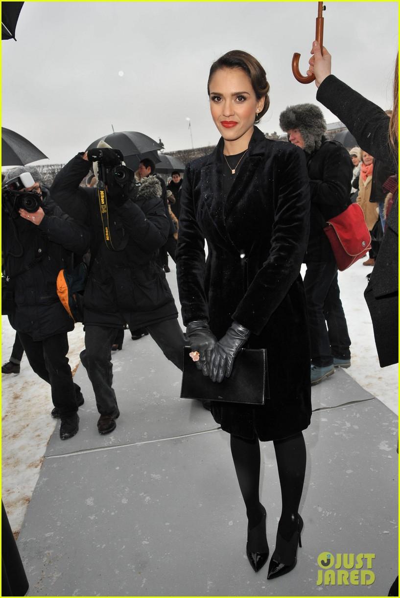 chloe moretz jessica alba christian dior paris fashion show 02