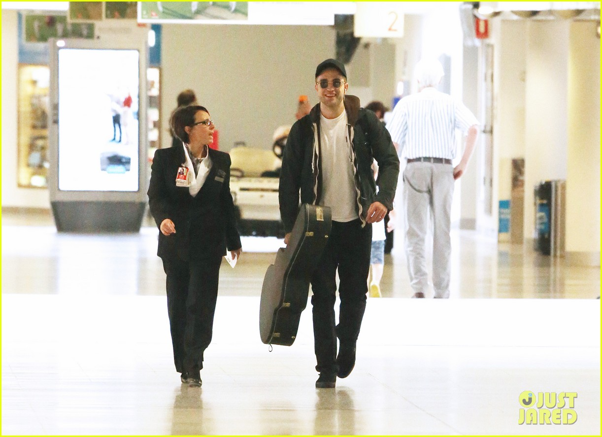 robert pattinson brings his guitar to melbourne 01