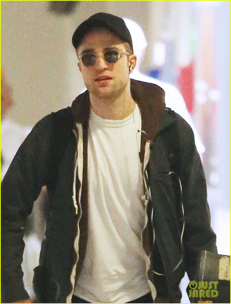 robert pattinson brings his guitar to melbourne 02
